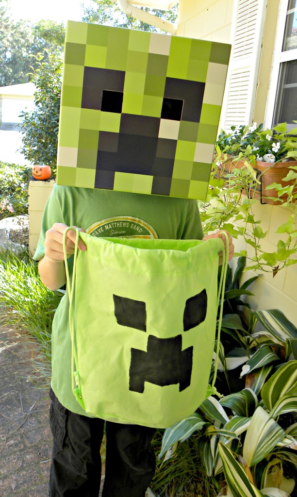 DIY Minecraft Creeper Bag - perfect for Birthday parties or Trick-or-treat! Super easy and cheap. #MINECRAFTbag #creepertrick-or-treat