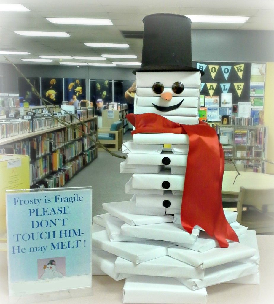 A book snowman! Perfect display for libraries and bookstores ;)